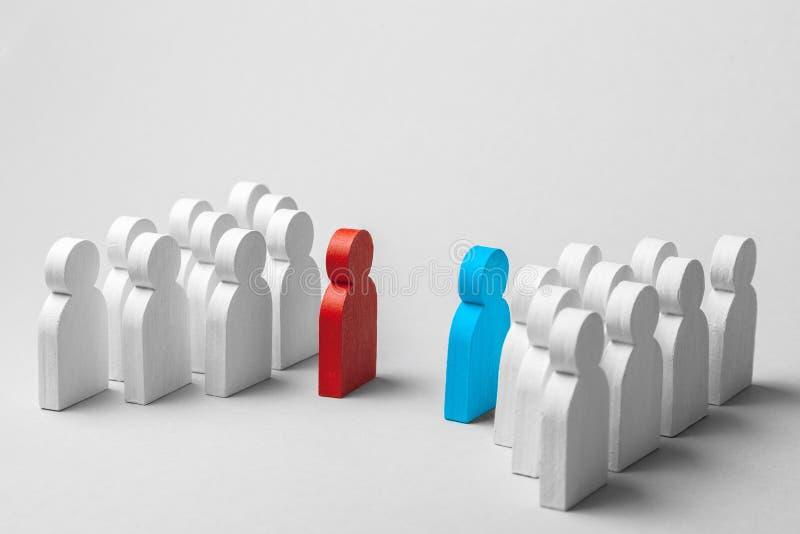 Una concorrenza di due gruppi di affari Due gruppi di persone nella discussione Conflitto fra i lavoratori Gruppo di uomini bianc fotografie stock libere da diritti