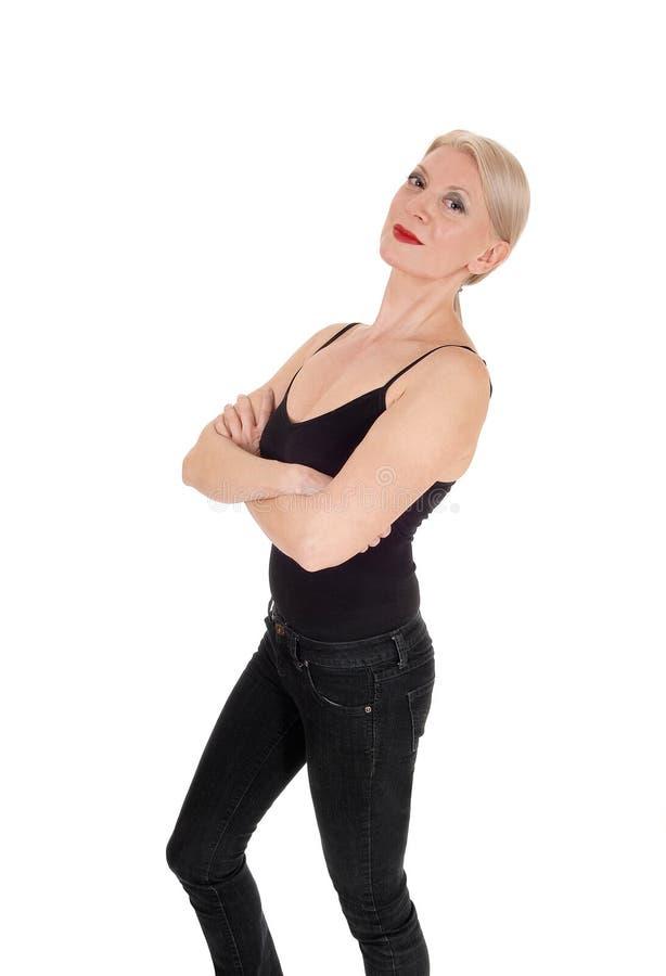 Una condizione bionda sembrante seria della donna in attrezzatura nera fotografie stock libere da diritti