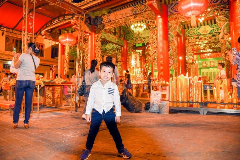 Una condizione del ragazzo a Dragon Temple Kammalawat, il 9 febbraio 2013 in strada Bangkok, Tailandia di Yaowarat fotografia stock libera da diritti