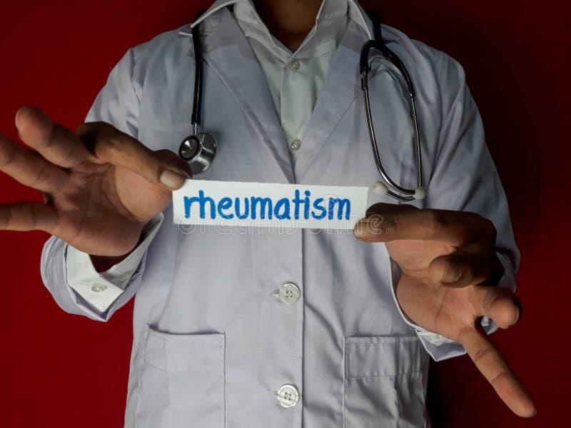 Una condizione di medico, tiene il testo della carta di reumatismo su fondo rosso Concetto di sanit? e medico fotografie stock libere da diritti