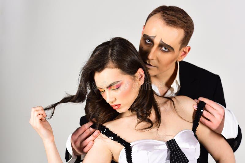 Una conexión afectiva cercana Actores del teatro que imitan con movimientos del cuerpo Los pares atractivos en amor con imitan ma foto de archivo