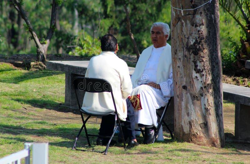 Una confesión católica mexicana en el bosque fotografía de archivo libre de regalías