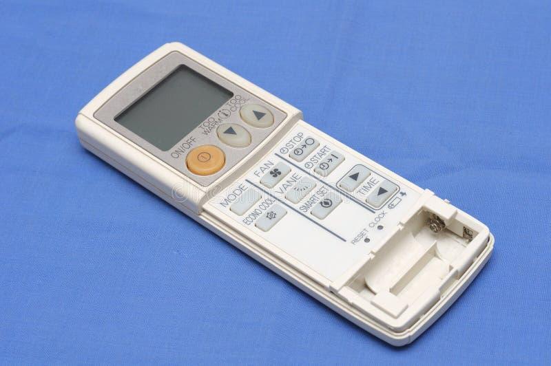 Una console a distanza tenuta in mano del regolatore per le unità di condizionamento d'aria fotografie stock libere da diritti