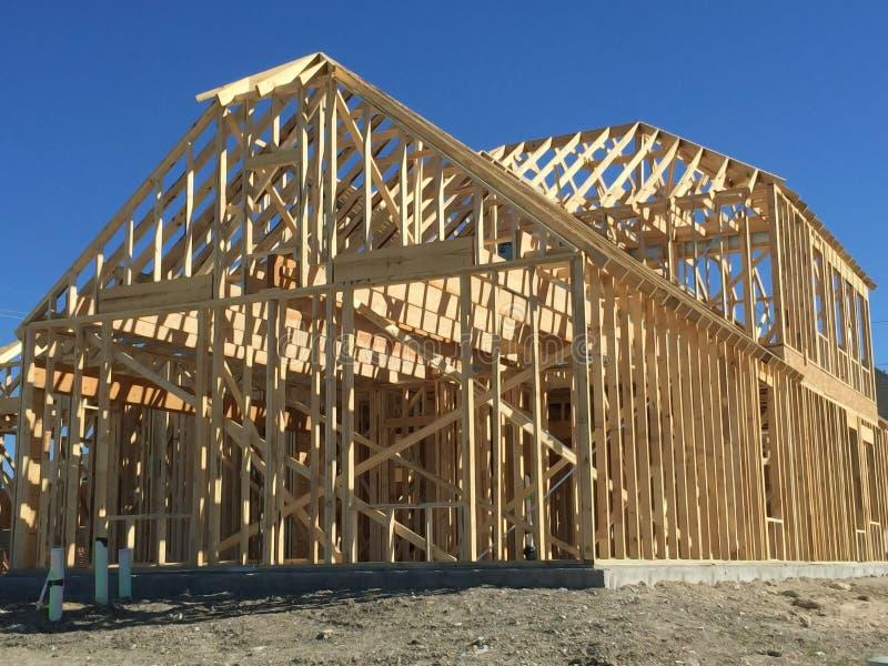 Una construcción de la nueva casa en comunidad imagenes de archivo