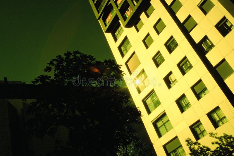 Una construcción de viviendas antes de la puesta del sol fotos de archivo