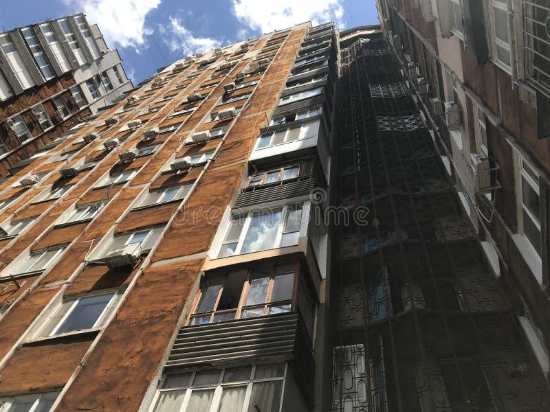 Una construcción de viviendas pelada y soleada en Odessa, Ucrania - EUROPA imagen de archivo libre de regalías