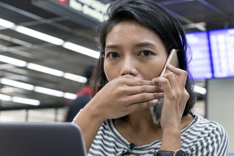 Una conversación secreta en el pasillo del aeropuerto imágenes de archivo libres de regalías