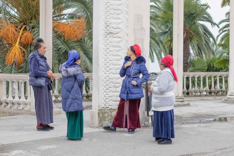 Una conversazione di quattro zingari locali vicino alla colonnato immagine stock libera da diritti