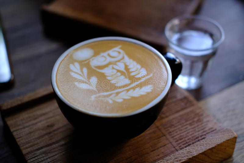 una copa de café. Bebida de menú para relajarse en mesa de madera Textura y espacio para el texto. Diseño de cafeterías de est fotos de archivo