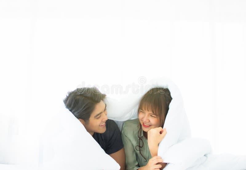 Una coppia è sotto la coperta bianca fotografie stock libere da diritti