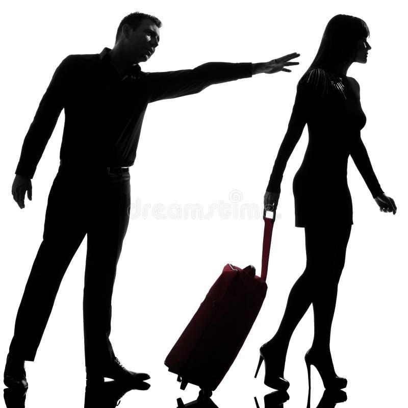 Una coppia disputa andare e l'uomo della donna della separazione che tengono indietro immagine stock