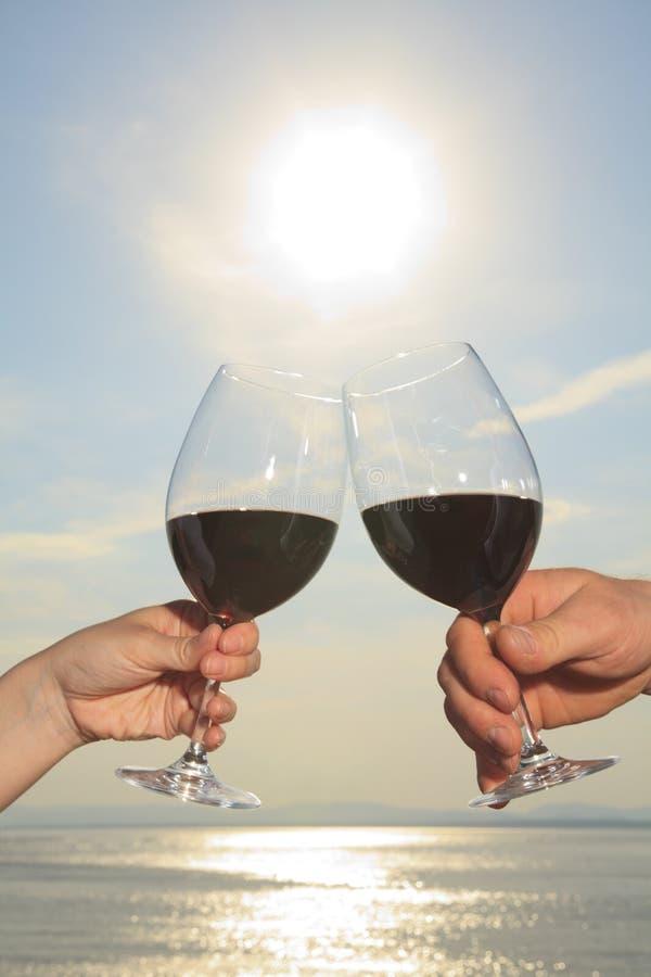 Una coppia che beve una bottiglia di vino rosso fuori immagine stock libera da diritti