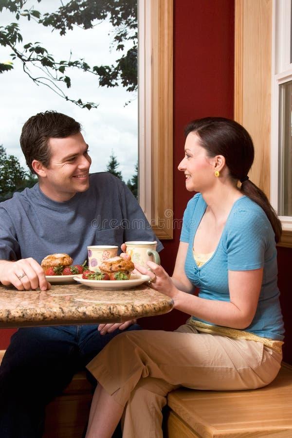 Una coppia che comunica sopra il verticale della prima colazione nel paese - fotografie stock
