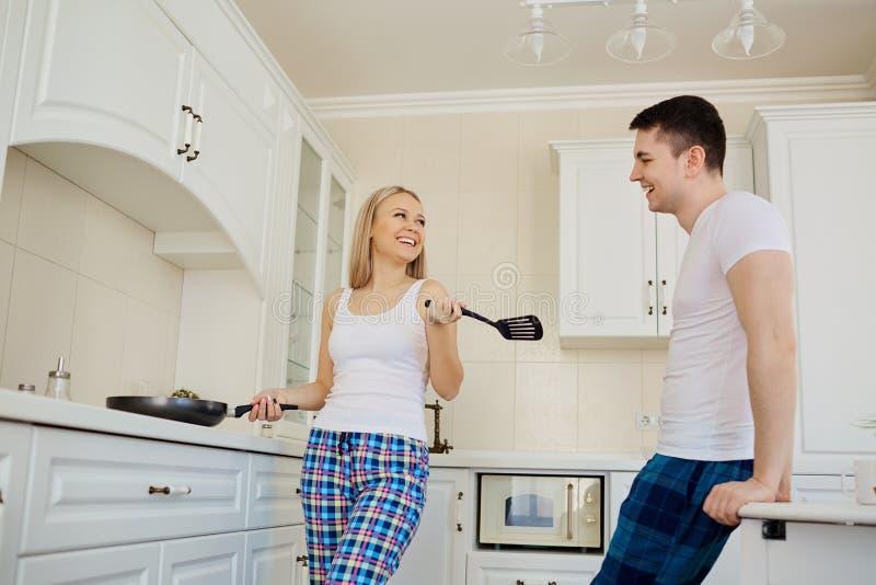 Una coppia che cucina alimento nella cucina fotografie stock libere da diritti