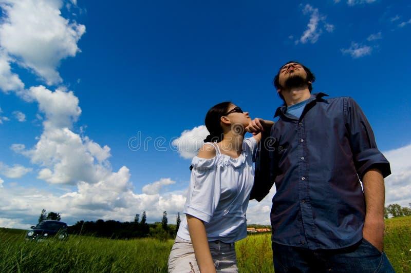 Una coppia che gode del giorno fotografia stock libera da diritti