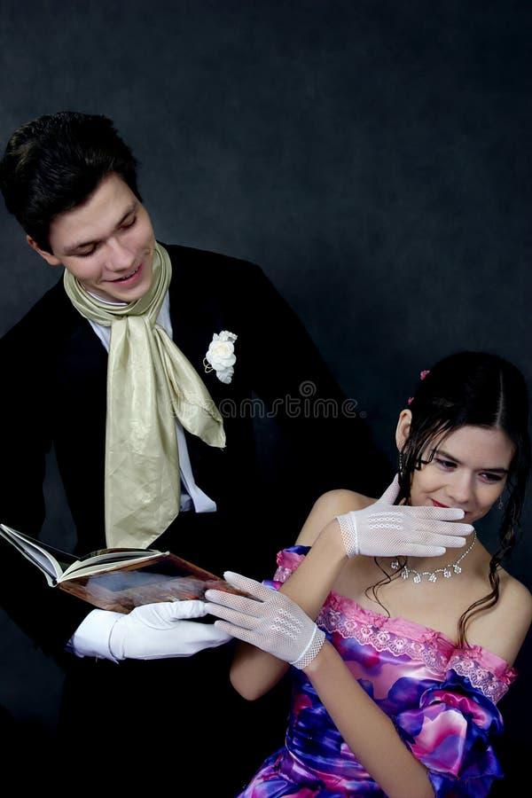 Una coppia con un libro immagine stock libera da diritti