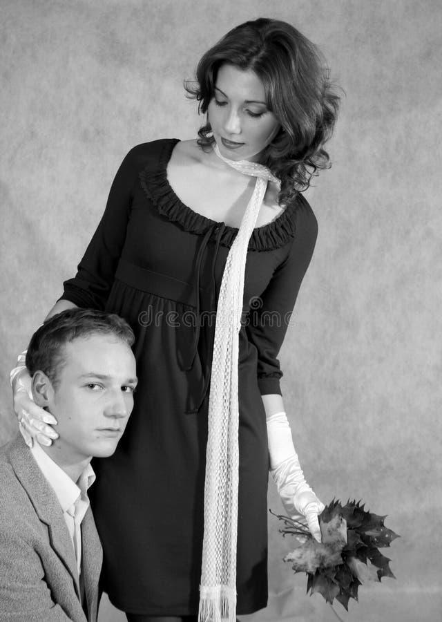 Una coppia con un mazzo di fogli di autunno fotografia stock