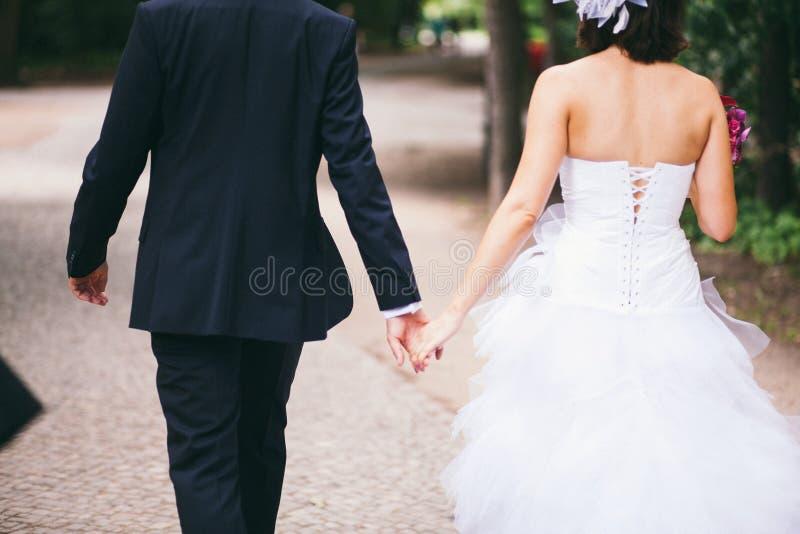 Una coppia del youg che tiene le loro mani fotografia stock