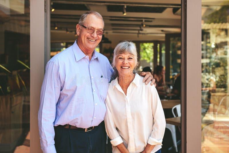 Una coppia di anziani che gestisce una piccola impresa immagine stock libera da diritti