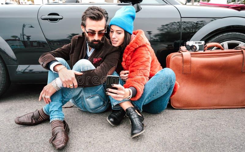 Una coppia di moda di Hipster che si è fatta selfie con smartphone durante un viaggio - concetto di Wanderlust con amici che cond fotografia stock libera da diritti