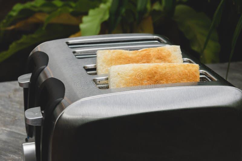 Una coppia di pani tostati di croccante nel tostapane, primo piano immagini stock libere da diritti