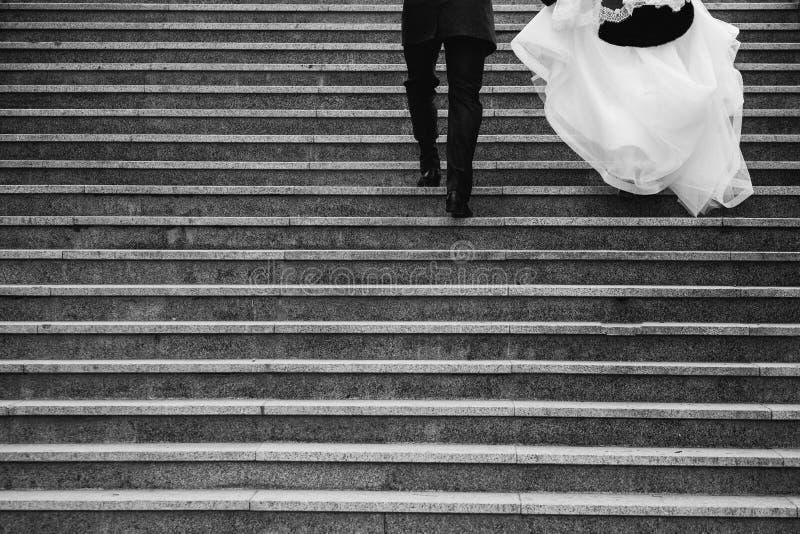 Una coppia di persone appena sposate immagine stock libera da diritti