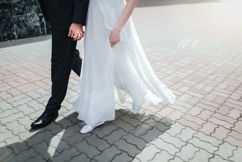 Una coppia di persone appena sposate fotografie stock