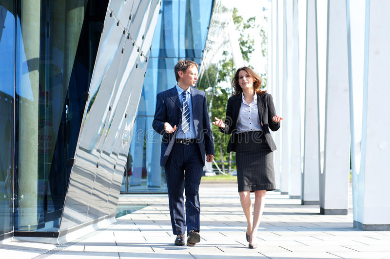 Una coppia di persone di affari in vestiti convenzionali fotografia stock libera da diritti