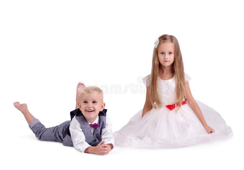 Una coppia di piccoli amici che indossano i bei vestiti, isolati su un fondo bianco Il concetto del giorno del ` s del biglietto  fotografia stock