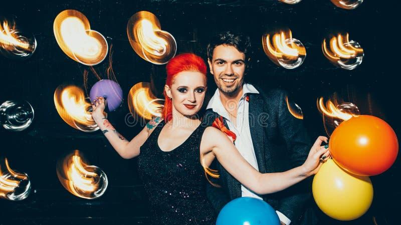 Una coppia di stili di vita per feste a cui piace il nightclub fotografia stock libera da diritti