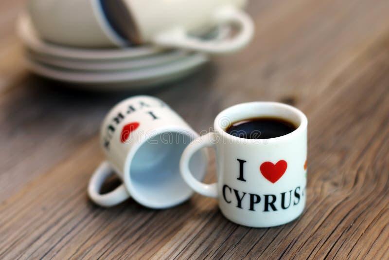 Una coppia di tazze minuscole del ricordo per caffè, con un'iscrizione immagini stock libere da diritti