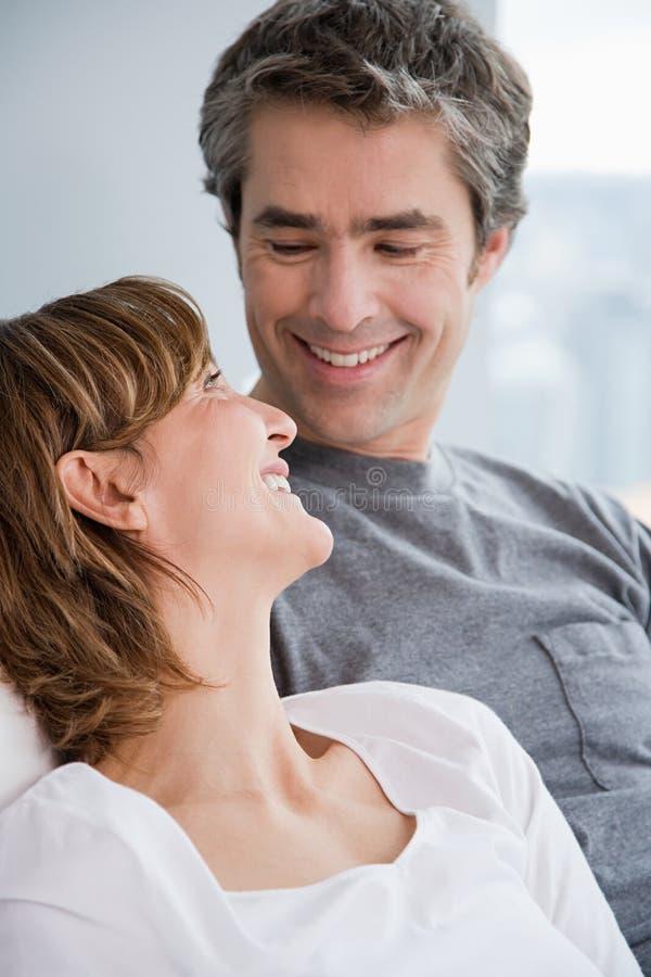 Una coppia faccia a faccia fotografia stock libera da diritti
