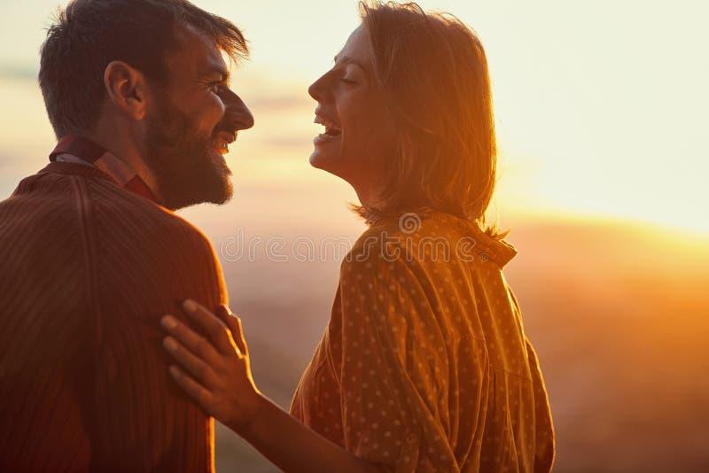 Una coppia felice che esce con il tramonto romantico fotografie stock
