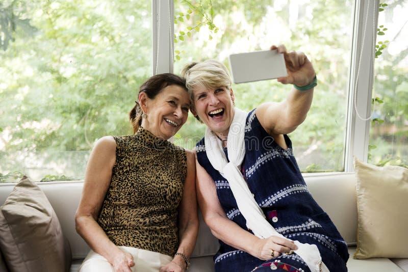 Una coppia lesbica sta spendendo insieme il tempo immagine stock libera da diritti