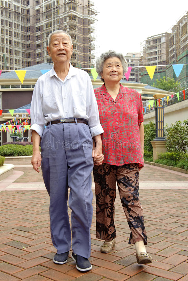 Una coppia maggiore sta camminando fotografia stock libera da diritti