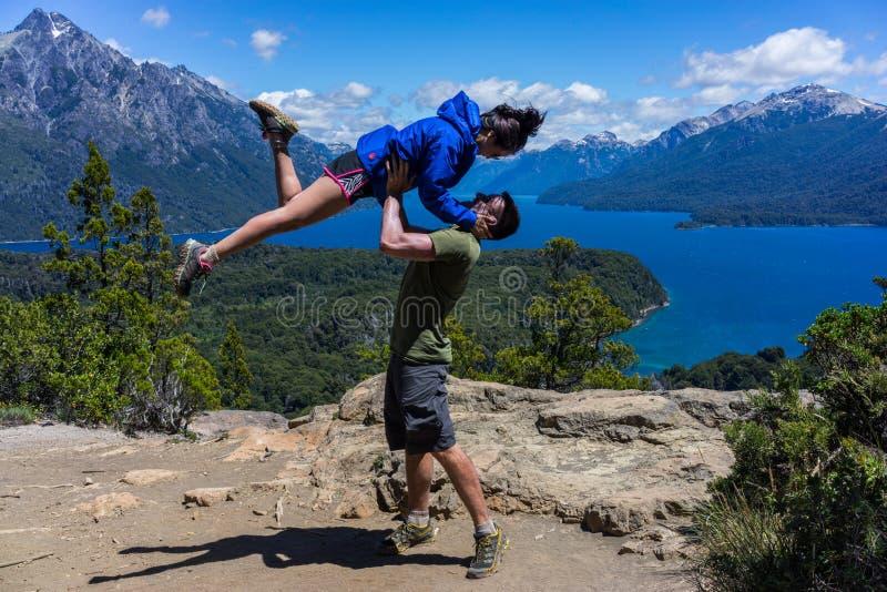 Una coppia nelle montagne e nei laghi di San Carlos de Bariloche, Argentina fotografia stock libera da diritti