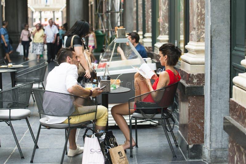 Una coppia parla, sedendosi in una caffetteria fotografia stock
