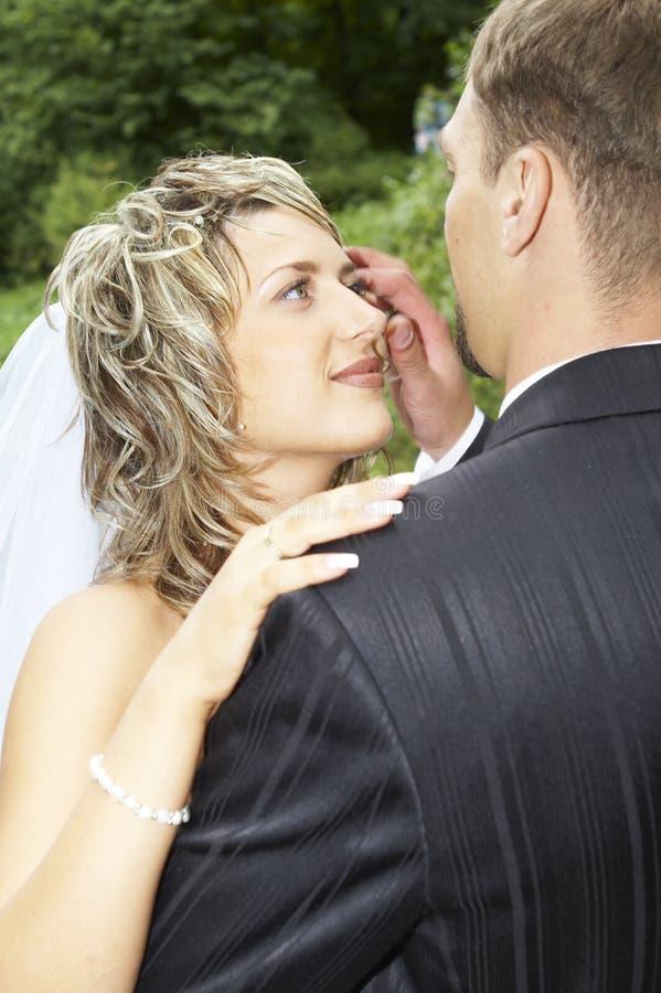 Una coppia sul loro giorno delle nozze fotografia stock libera da diritti
