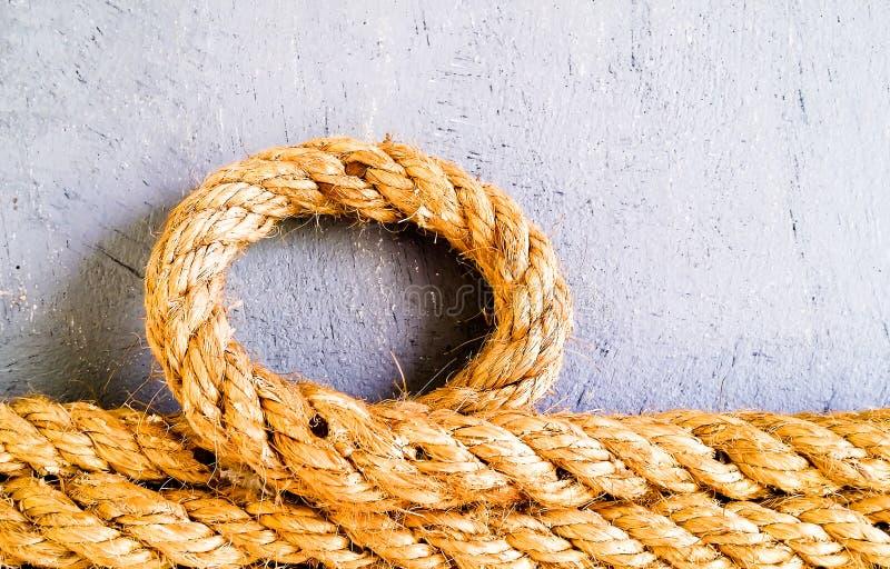Una corda gialla nel cerchio sulla vecchia parete del cemento fotografie stock libere da diritti