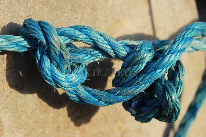 Una corda legata intorno ad una colonna immagine stock