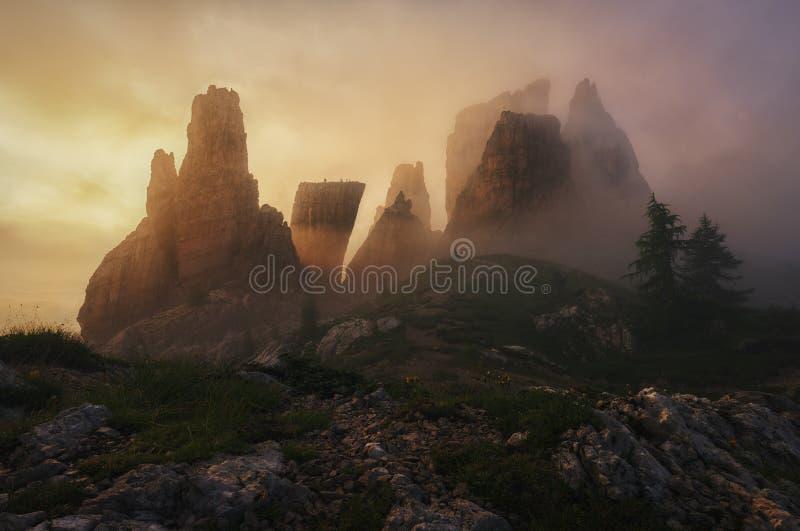 Una 'corona rocosa' en una mañana de niebla en las dolomías imagenes de archivo