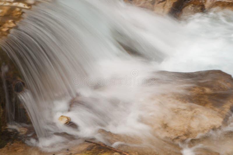 Una corrente della montagna fotografie stock libere da diritti