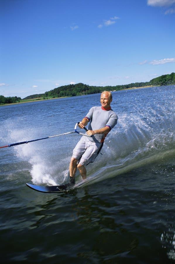 Una corsa con gli sci di acqua del giovane fotografie stock libere da diritti