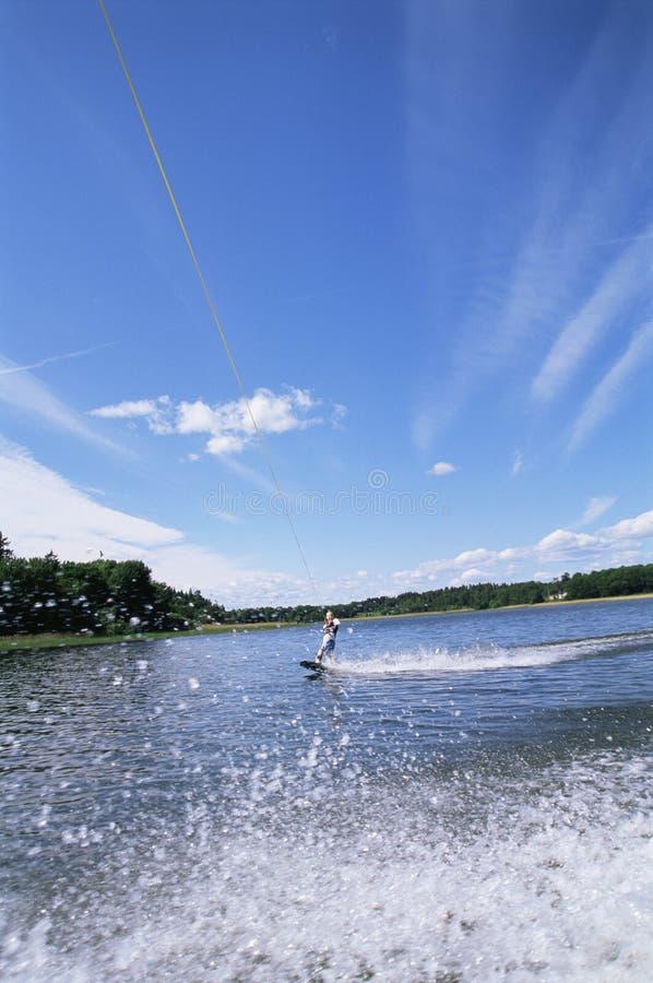 Una corsa con gli sci di acqua della giovane donna immagini stock