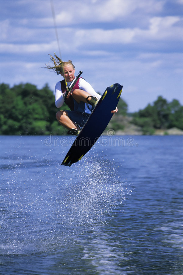 Una corsa con gli sci di acqua della giovane donna fotografia stock