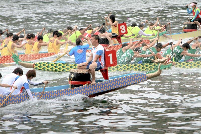 una corsa di barca del drago a Aberdeen Hong Kong fotografia stock libera da diritti