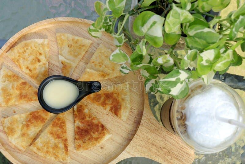 Una corteza más curruscante Roti con leche fresca en la placa de madera fotos de archivo