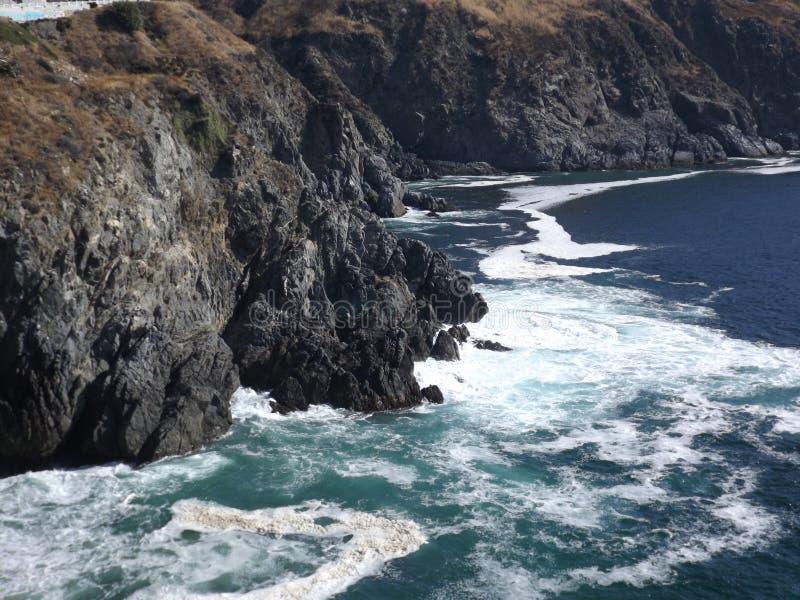 Una costa rocosa hermosa en luz del día fotos de archivo libres de regalías
