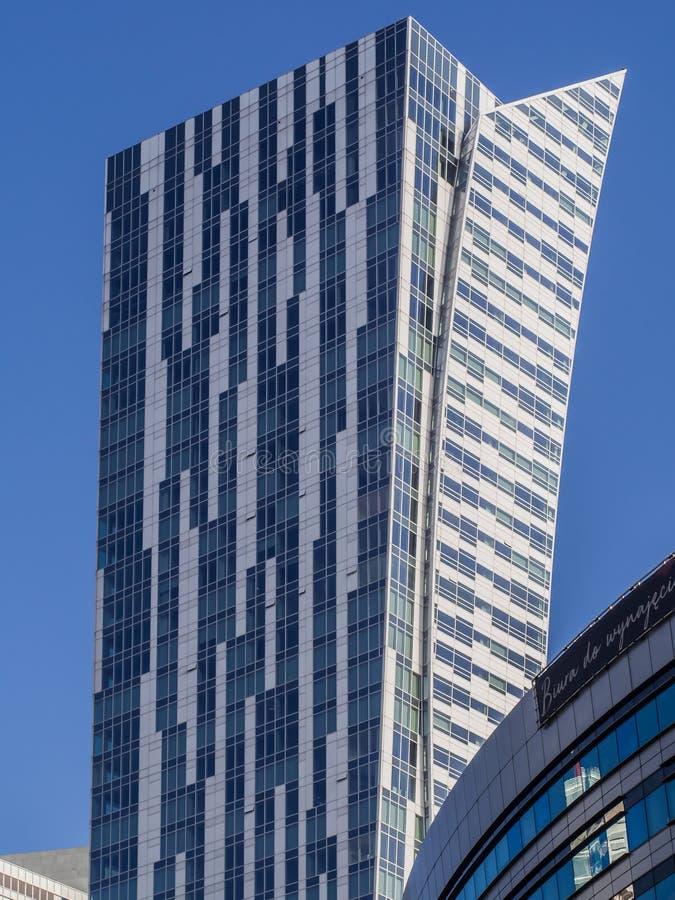 una costruzione bianco-blu alta contro un cielo blu immagini stock