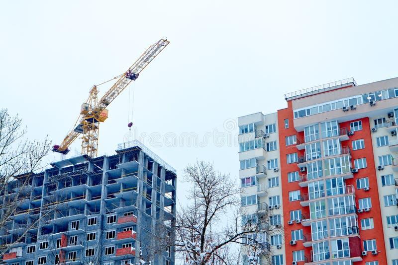 Una costruzione completata e una costruzione in costruzione immagini stock